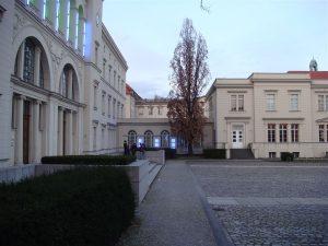 Hauptgebäude und rechter Flügel mit Cafe