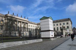 Denkmäler für Wilhelm links und Alexander v. Humboldt rechts eingehüllt